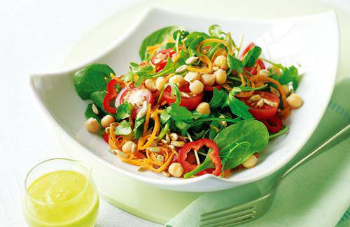 Summer salad with chickpeas